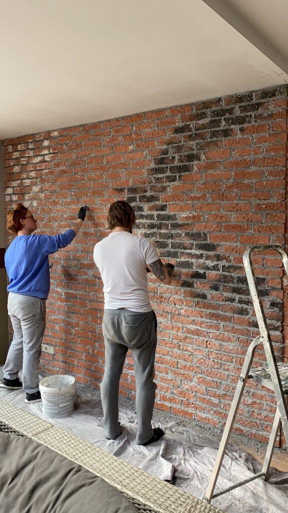 zelf een brickwall maken in de woonkamer met steenstrips Hornbacn