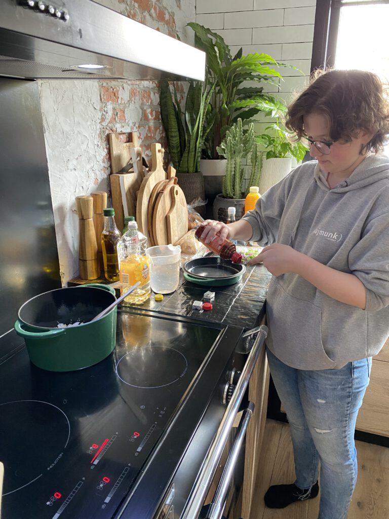 beaudine aan het koken in de nieuwe keuken