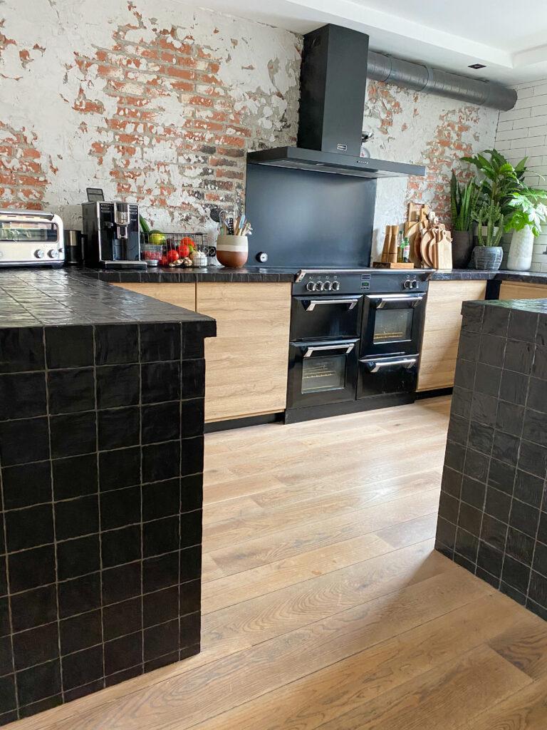 zwarte keuken gecombineerd met houten frontjes