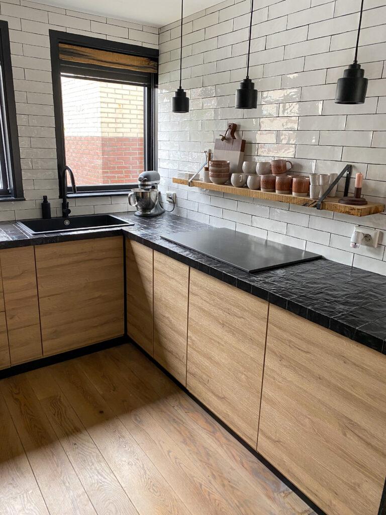 zwarte hanglampen in de keuken