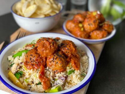 Pittige gehaktballetjes met rijst en wokgroente