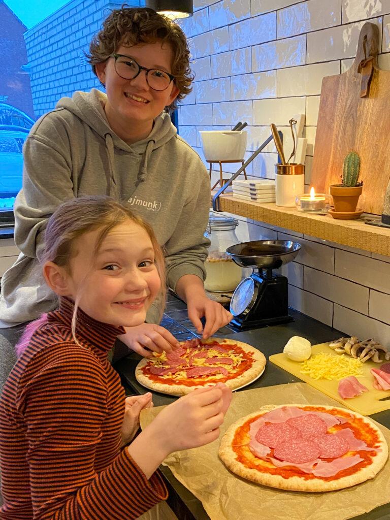 kinderen samen koken in de keuken