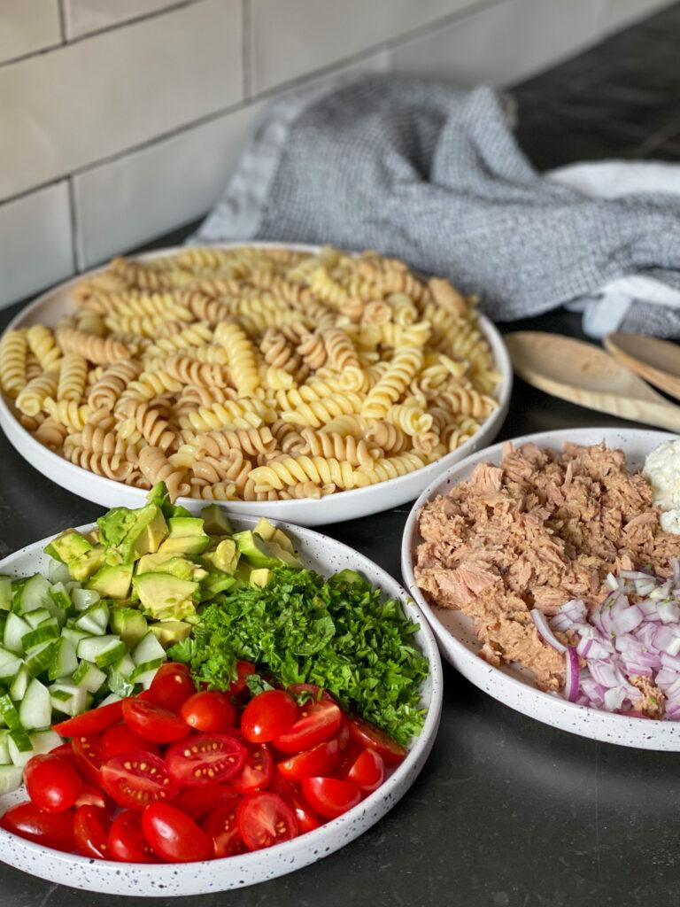 ingrediënten voor een pastasalade met tonijn