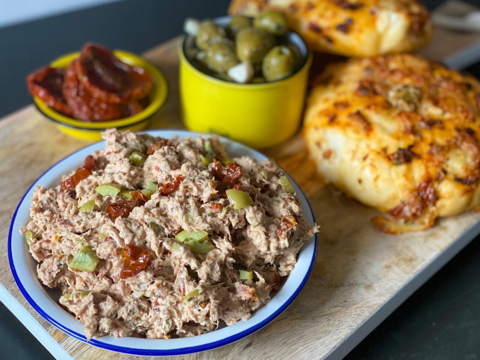 tonijnsalade met zongedroogde tomaat en olijven