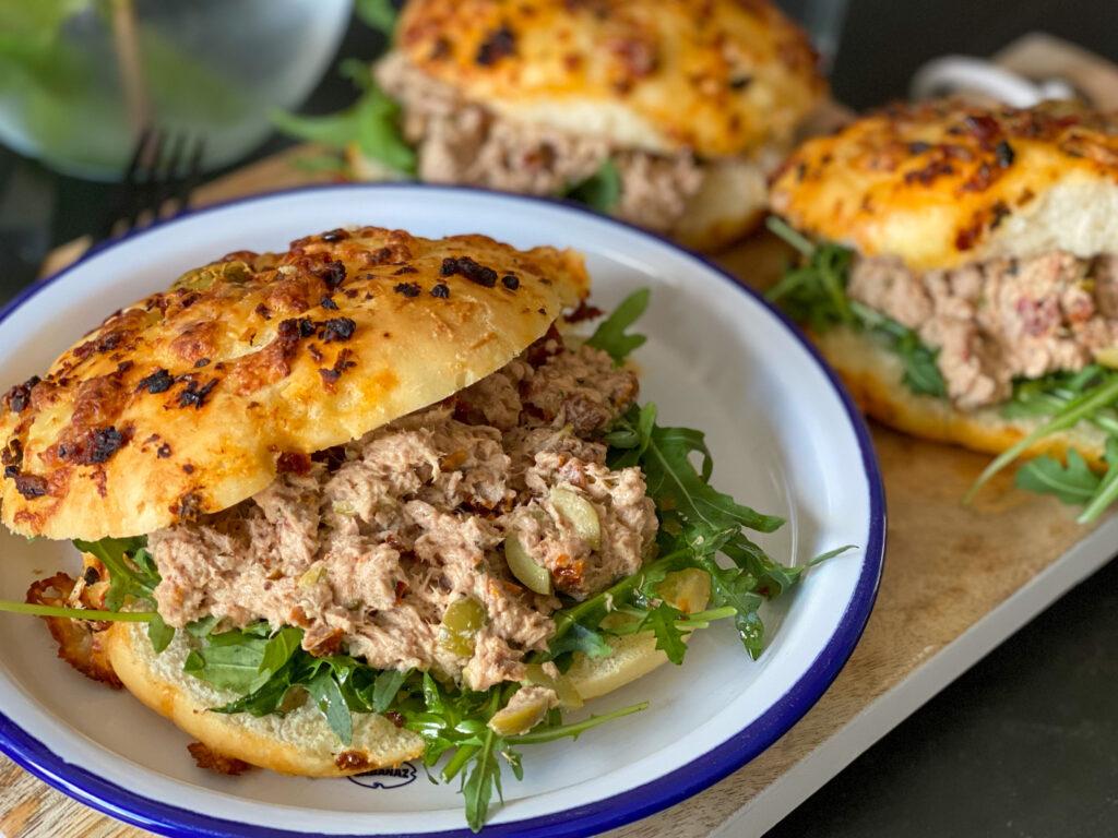 tonijnsalade met zongedroogde tomaat en olijven op een La Place broodje