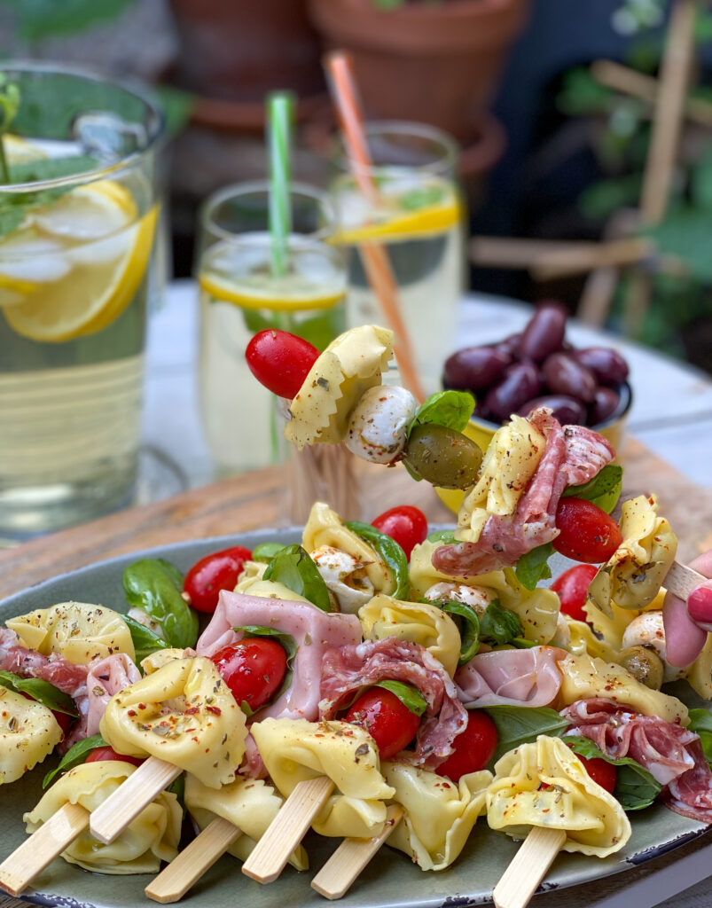 tortellini spiesjes met Italiaanse worst, mozzarella en olijven