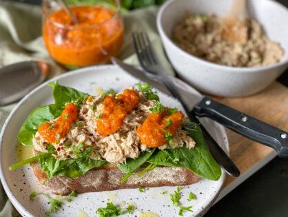 Sandwich met makreelsalade en pittige mangosalsa