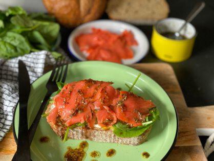 Sandwich met zalm en kruidige honing dressing
