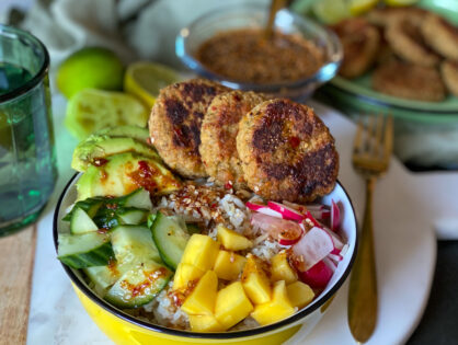poke bowl met vegan viskoekjes en Thaise dressing